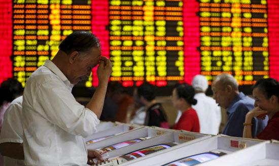 <中国株の下落で頭を抱える投資家>