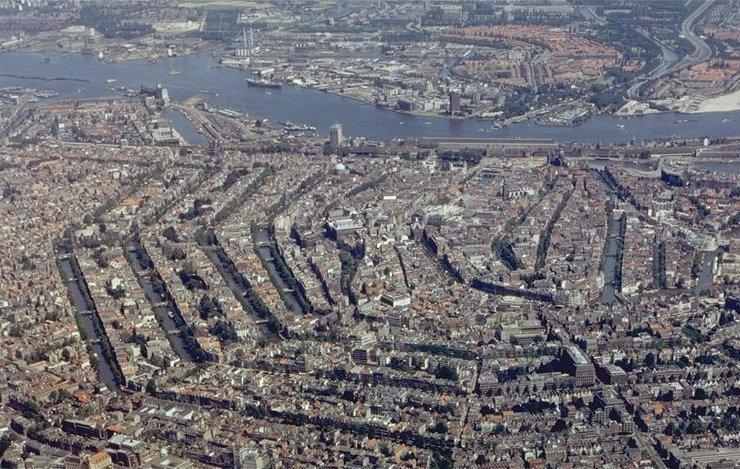 同心円状に運河のアムステルダム